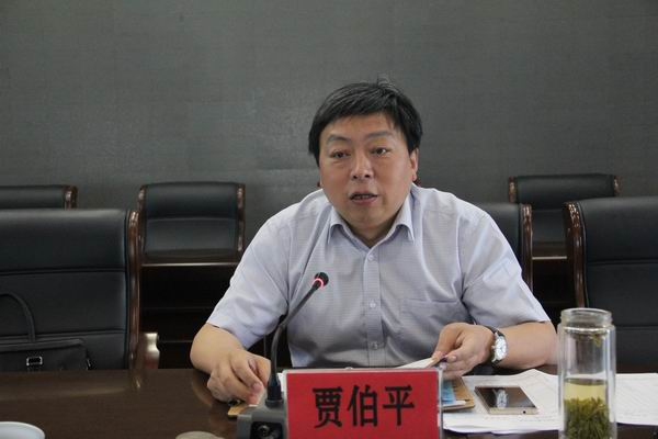 会上,各村党组织书记向镇党委书记张英来递交了责任书.
