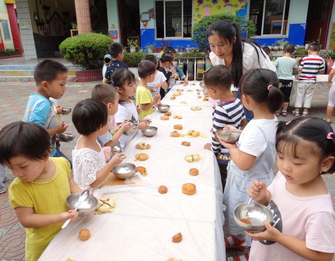 幼儿园中秋小兔子吃月饼手工